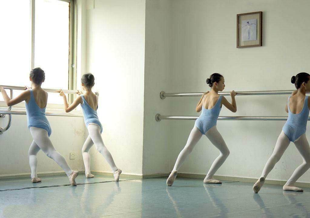 幼儿舞蹈如何正确把杆练习_芭蕾舞基本功